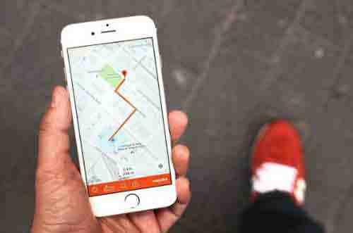 Le-scarpe-smart-easyJet-che-ti-indicano-le-strade-B